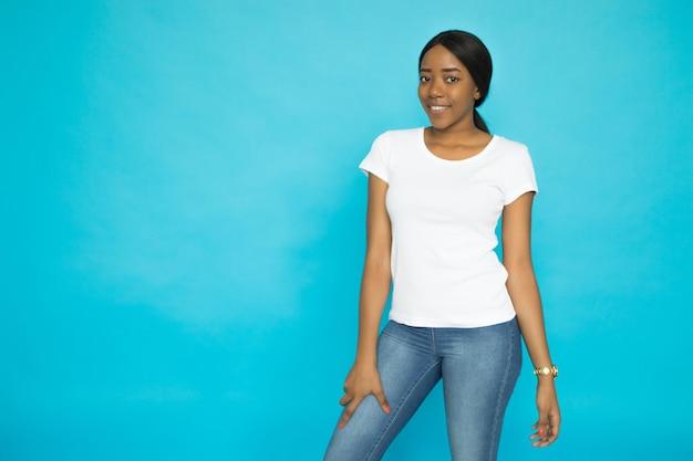 Vrouw die het ontwerp van het overhemdenmodel draagt