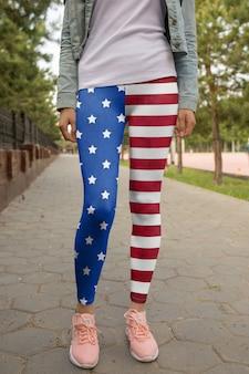 Vrouw die leggins draagt op straat