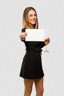 Vrouw die met champagne nieuw jaar 2019 vieren die een leeg wit aanplakbiljet voor tussenvoegsel een concept houden