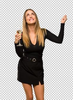 Vrouw die met champagne nieuw jaar 2019 viert die een overwinning in winnaarpositie vieren