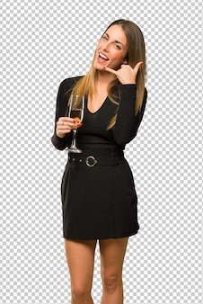 Vrouw die met champagne nieuw jaar 2019 viert die telefoongebaar maakt. bel me terug teken