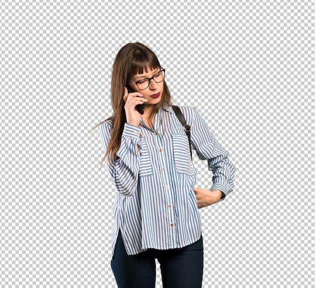 Vrouw die met glazen een gesprek met de mobiele telefoon houdt