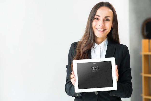 Vrouw die tabletmodel voorstelt