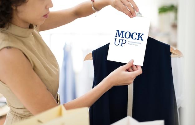 Vrouw die voor kleren winkelt