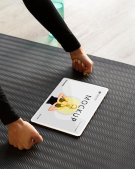 Vrouw doet yoga van online lessen
