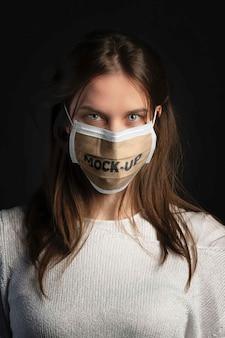 Vrouw draagt een mockup-masker in huis