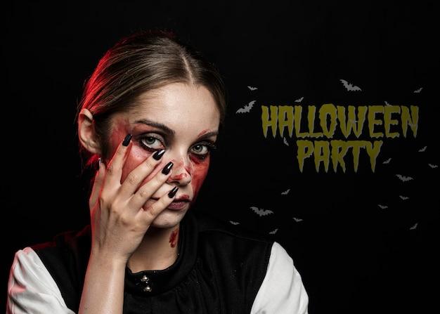 Vrouw geschilderd met bloed voor halloween-kostuum