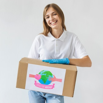 Vrouw helpt met donaties