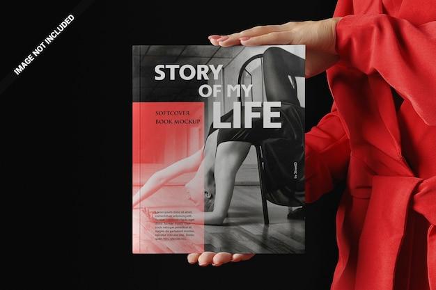 Vrouw in het rood die een boekmodel voorstelt