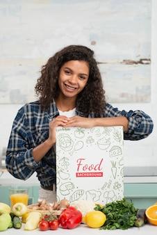 Vrouw in keuken met gezonde groenten