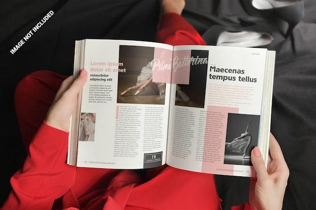 Vrouw in rood boekmodel met zachte kaft lezen