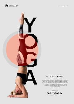 Vrouw in yoga evenwichtspositie