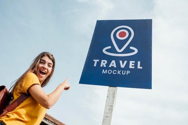 Vrouw klaar voor avontuurlijke reizen mock-up laag zicht