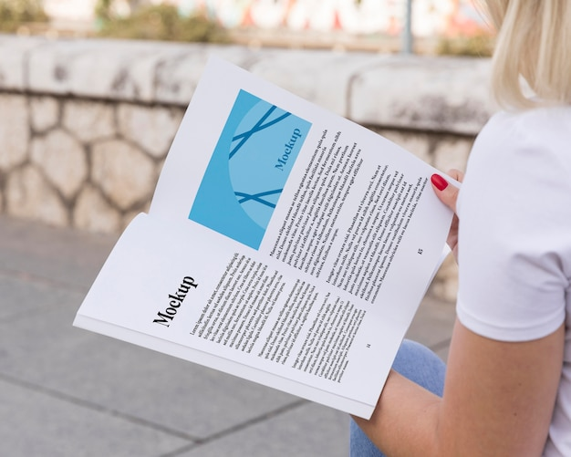 Vrouw leesboek op straat close-up