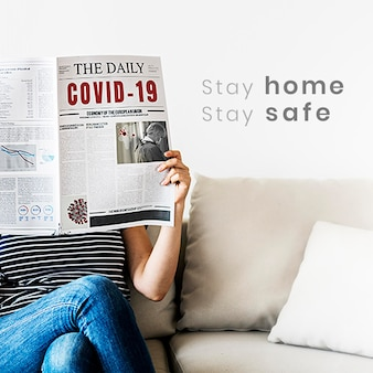 Vrouw leest coronavirusnieuws uit een krant