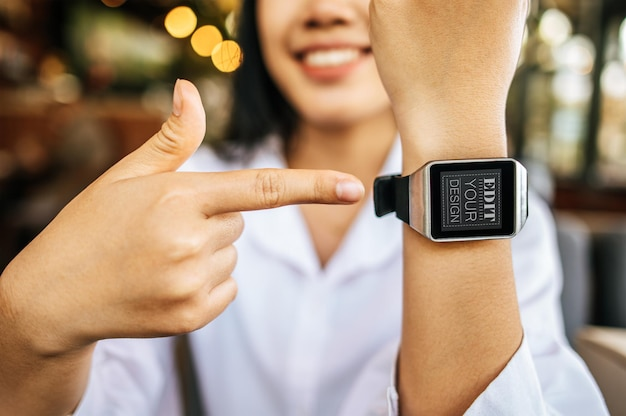 Vrouw met behulp van slimme horloge psd mockup