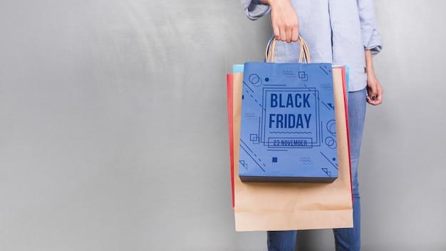 Vrouw met boodschappentas mockup met zwarte vrijdag concept
