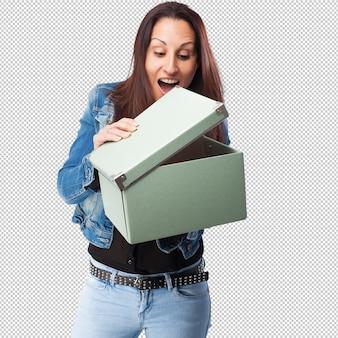 Vrouw met een doos