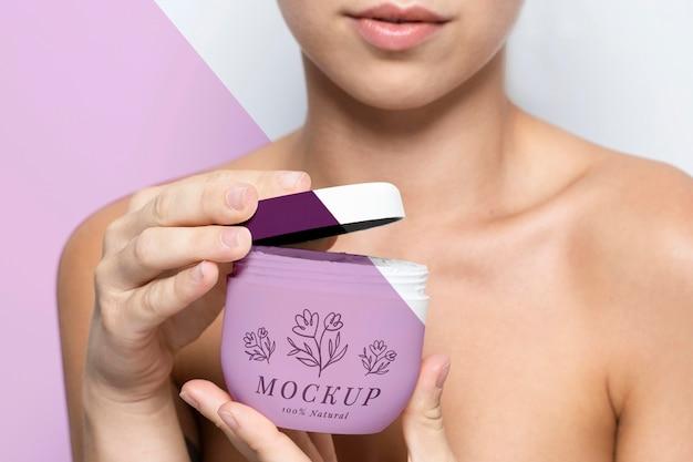 Vrouw met een huidverzorgingsproductmodel