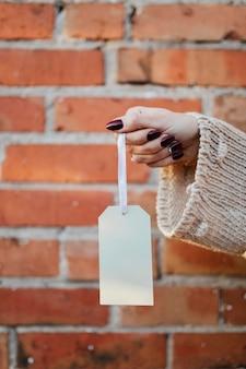 Vrouw met een mockup met witte tag