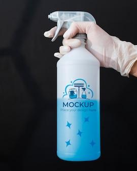 Vrouw met een schoonmaakproduct met mock-up verpakking