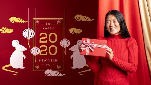 Vrouw met geschenkdoos voor nieuwjaar