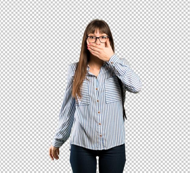Vrouw met glazen die mond behandelen met handen voor iets ongepast zeggen