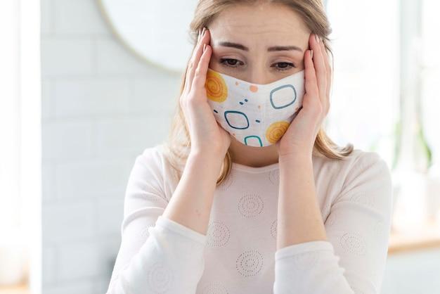 Vrouw met het medische model van het maskerconcept Gratis Psd