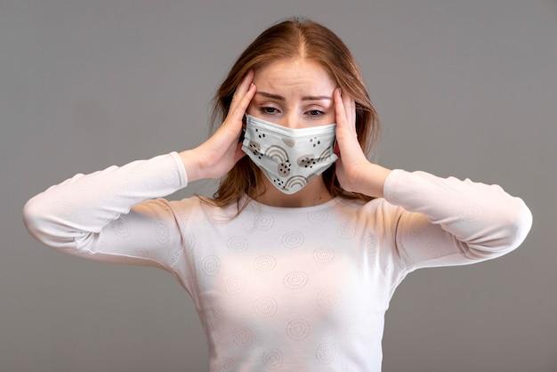 Vrouw met het medische model van het maskerconcept