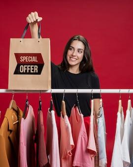 Vrouw met het winkelen zak op zwarte vrijdag