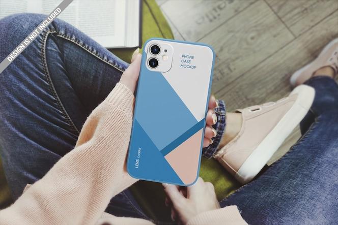 Vrouw met smartphone case mockup