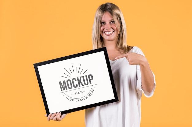 Vrouw met teken mock-up