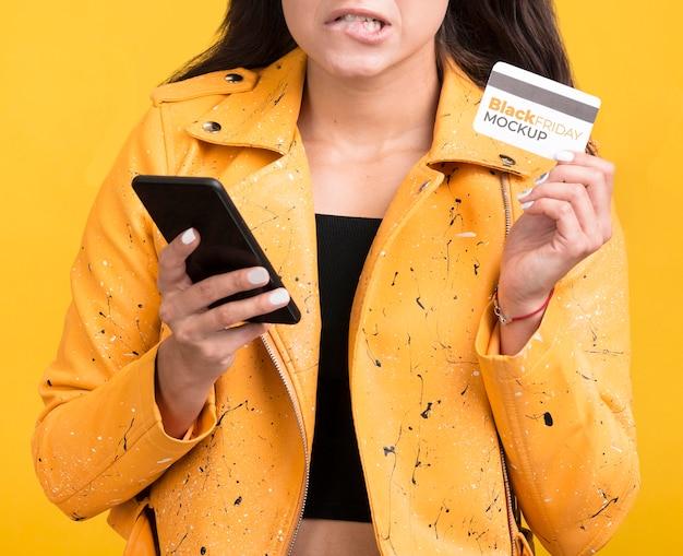 Vrouw met zwarte vrijdagconcept met creditcard