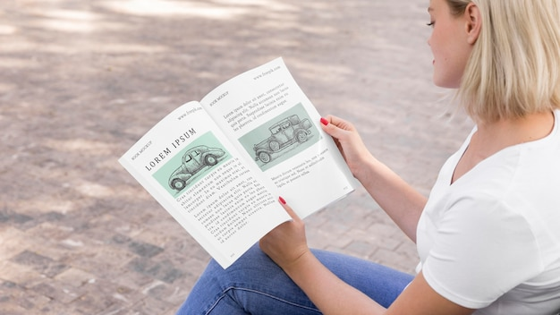 Vrouw op straat leesboek
