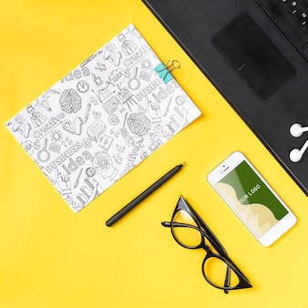 Vrouw touch desk concept op het werk
