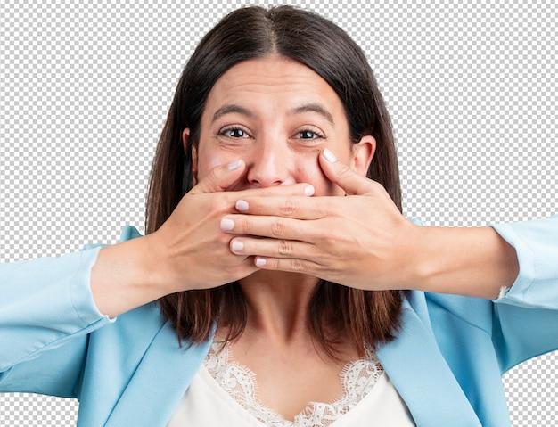 Vrouw van middelbare leeftijd die mond behandelt, symbool van stilte en repressie