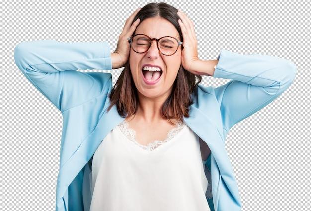 Vrouw van middelbare leeftijd gek en wanhopig, schreeuwend uit de hand, grappige gek die vrijheid en wild uitdrukt