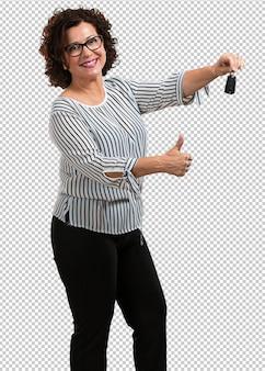 Vrouw van middelbare leeftijd gelukkig en glimlachen