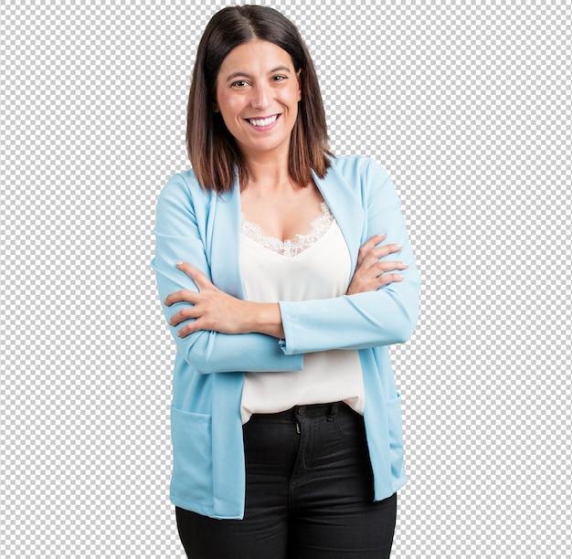 Vrouw van middelbare leeftijd kruising zijn armen, glimlachen en gelukkig, zelfverzekerd en vriendelijk