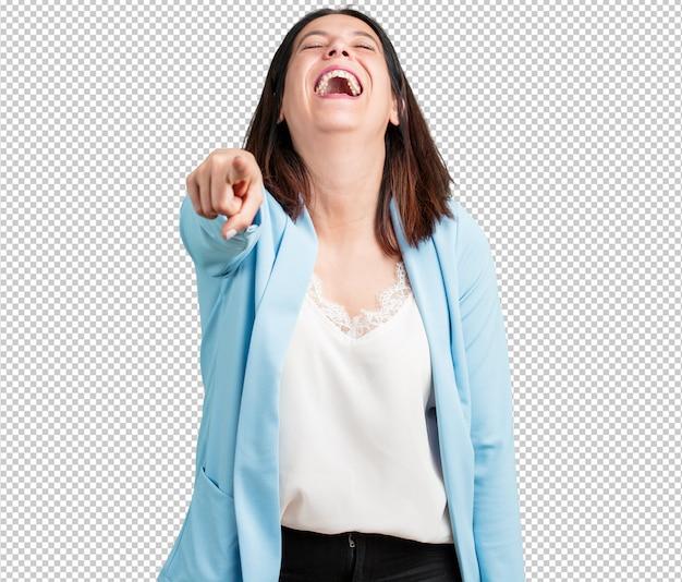 Vrouw van middelbare leeftijd schreeuwen, lachen en plezier maken met een ander, concept van spot en ongecontroleerd