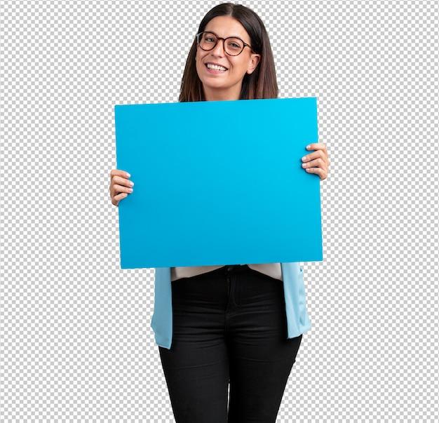 Vrouw van middelbare leeftijd vrolijk en gemotiveerd, met een lege poster waar u een bericht, communicatieconcept kunt tonen