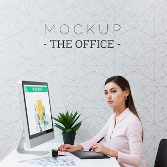 Vrouw werkt op de computer