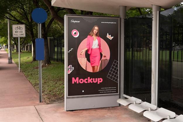 Vrouw winkelen buiten display mockup