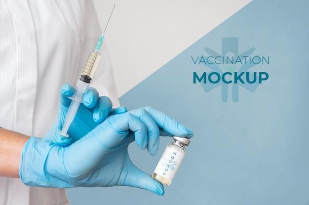 Vrouwelijke arts die het vaccin houdt