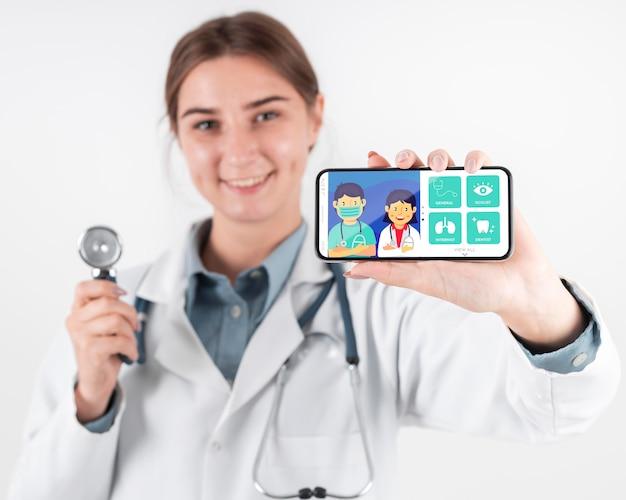 Vrouwelijke arts met een mock-up smartphone
