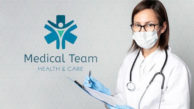 Vrouwelijke arts met mock-up