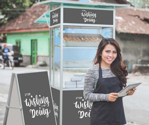 Vrouwelijke ondernemer met haar mockup voor kleine bedrijven