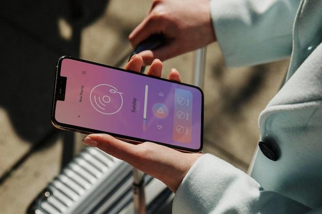 Vrouwelijke reiziger die haar telefoon op straat gebruikt