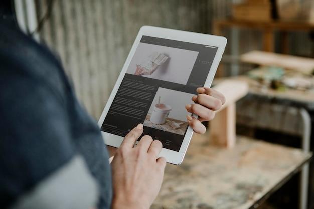 Vrouwelijke timmerman met behulp van een tablet