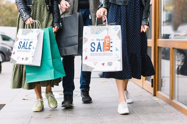 Vrouwen met boodschappentassen in de stad